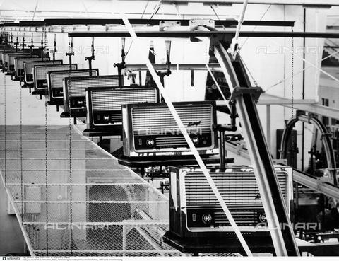 INT-F-250413-0000 - Catena di montaggio di apparecchi radio Telefunken - Data dello scatto: 1961 - Interfoto/Archivi Alinari