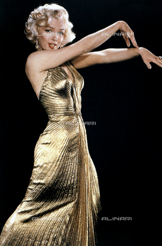 """INT-F-404907-0000 - Marilyn Monroe con un elegante abito laminato d'oro, indossato dall'attrice durante le riprese del film """"Gli uomini preferiscono le bionde"""" 1953 - Data dello scatto: 1953 - Interfoto/Archivi Alinari"""