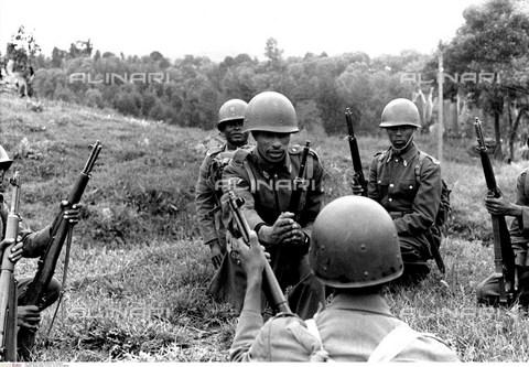 INT-F-496359-0000 - L'atleta etiope Abebe Bikila (1932 - 1973), in uniforme da soldato con i compagni - Friedrich / Interfoto/Archivi Alinari