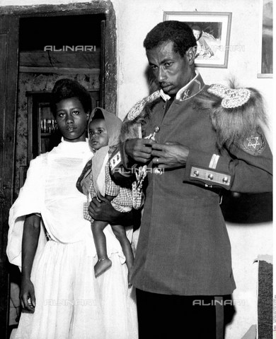 INT-F-496361-0000 - The Ethiopian athlete Abebe Bikila (1932 - 1973), in uniform, with his family - Friedrich / Interfoto/Alinari Archives