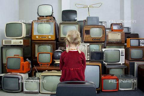 INT-F-582620-0000 - Bambina di spalle di fronte ad una vetrina di televisori, Germania - Data dello scatto: anni '60 - Interfoto/Archivi Alinari