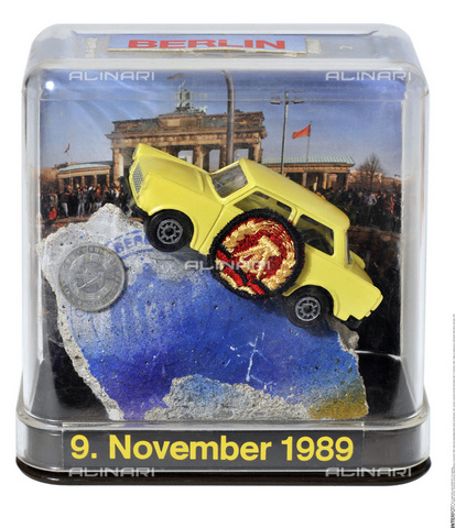 "INT-F-691789-0000 - ""November 9, 1989"": souvenir of the fall of the Berlin Wall with an original piece of the wall - Data dello scatto: 1991 - TV-Yesterday / Interfoto/Alinari Archives"