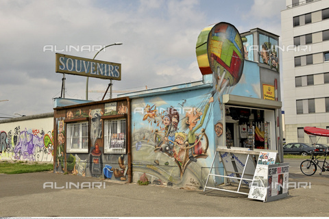 INT-S-000112-4333 - Souvenir shop next to the remains of the Berlin Wall, East Side Gallery, Friedrichshain district - Fabian von Poser / Interfoto/Alinari Archives