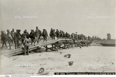 INT-S-003539-4604 - Truppe dell'Impero austro-ungarico attraversano su un ponte di legno il Piave - Data dello scatto: 15/06/1918 - picturedesk.com / ÖNB / K.u.k. Kriegspressequartier, Lichtbildstelle - Wien / Interfoto/Archivi Alinari