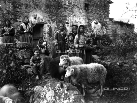KRQ-F-001298-0000 - Women with spindles, children and sheeps - Data dello scatto: 1880 ca. - Archivi Alinari, Firenze