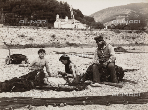 KRQ-F-001300-0000 - Fisherman repairing fishing nets, Bordighera - Data dello scatto: 1880 ca. - Archivi Alinari, Firenze