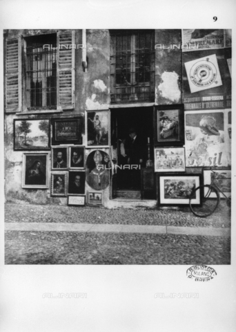 LAA-F-000073-0000 - Old paintings, copies and prints exposed outside the shop of an antiques dealer - Data dello scatto: 1941 - Archivi Alinari, Firenze