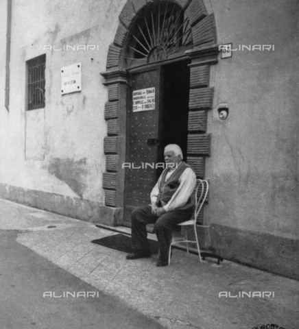 LAA-F-000086-0000 - Elder photographed in front of the door of a hospital in Milan - Data dello scatto: 1940 ca. - Archivi Alinari, Firenze