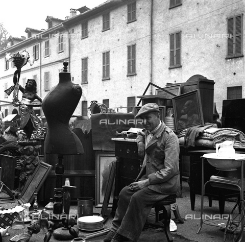 LAA-F-000088-0000 - Bric-a-brac and second-hand objects on exhibition in the Senigallia Fair
