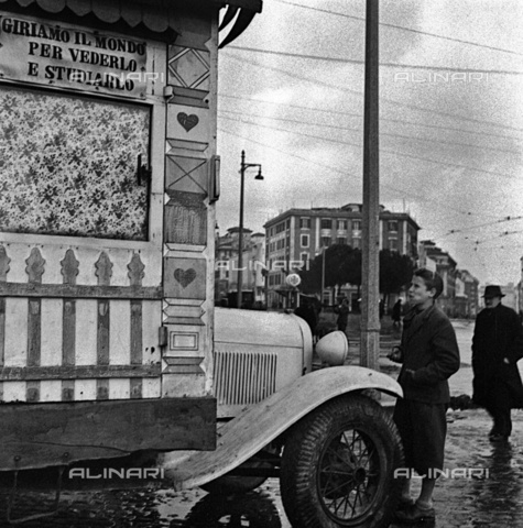 LAA-F-000118-0000 - Car turned into a traveling home in the streets of Milan - Data dello scatto: 1940 ca. - Archivi Alinari, Firenze