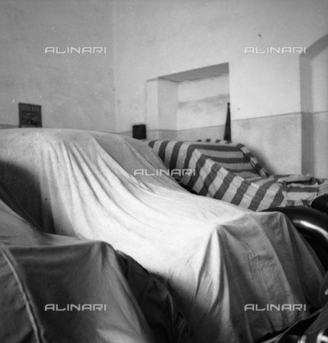 LAA-F-000169-0000 - Cars parked in the garage and protected by cover sheets - Data dello scatto: 1940 ca. - Archivi Alinari, Firenze