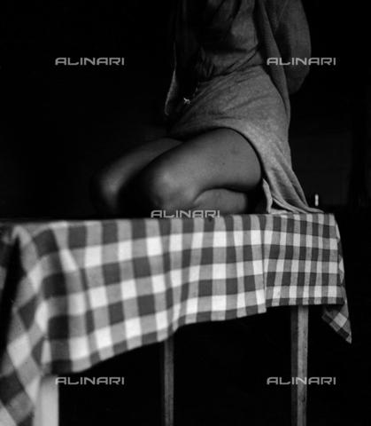 LAA-F-000176-0000 - L'immagine mostra le gambe di una giovane donna inginocchiata su un tavolo - Data dello scatto: 1942 - 1945 ca. - Archivi Alinari, Firenze