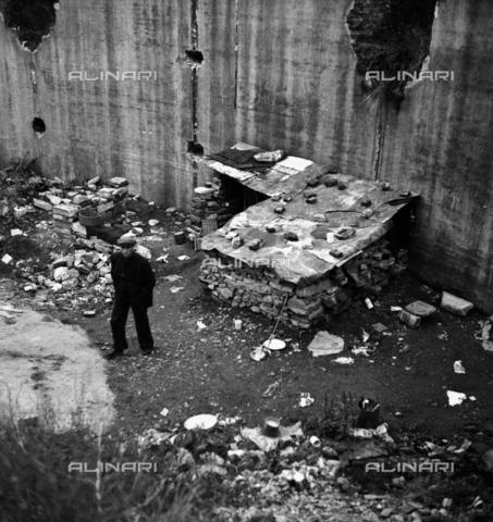 """LAA-F-000196-0000 - """"Passeggiata della sera"""", ritratto maschile davanti ad una baracca - Data dello scatto: 1940 ca. - Archivi Alinari, Firenze"""