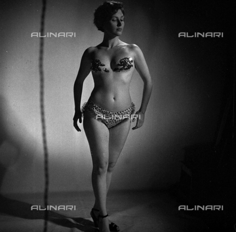 LAA-F-000215-0000 - The Italian actress Carla Del Poggio in skimpy stage costume shown during auditions for the film 'Luci del Varietá' - Data dello scatto: 1949 ca. - Archivi Alinari, Firenze