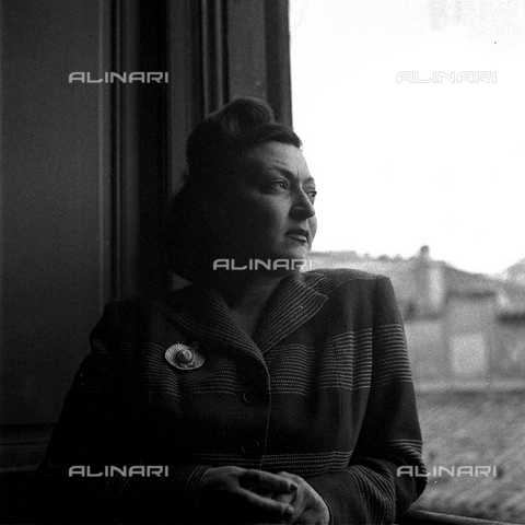 LAA-F-000216-0000 - A woman posing at a window during auditions for the film 'Luce del Varietá' - Data dello scatto: 1949 ca. - Archivi Alinari, Firenze