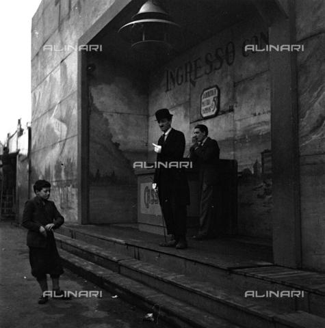 LAA-F-000227-0000 - Un giovane uomo travestito da Charlot invita un ragazzino ad entrare all'interno di un baraccone di un Luna Park - Data dello scatto: 1939 -1940 ca. - Archivi Alinari, Firenze