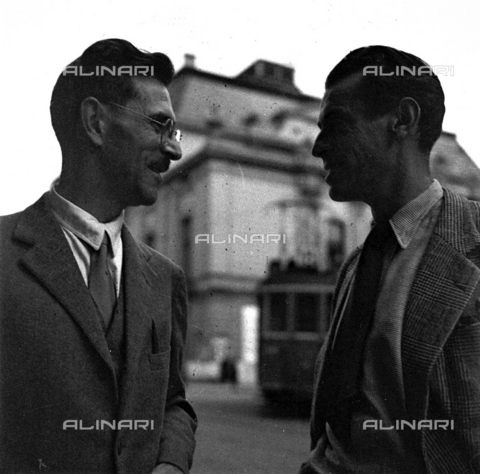 LAA-F-000237-0000 - Two young men conversing along a city street - Data dello scatto: 1945 -1950 ca. - Archivi Alinari, Firenze