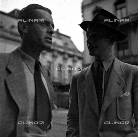 LAA-F-000241-0000 - Two young men posing for Alberto Lattuada's camera along a city street - Data dello scatto: 1945 -1950 ca. - Archivi Alinari, Firenze