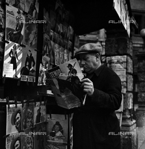 LAA-F-000251-0000 - A man reading a copy of the weekly 'Tempo Illustrato' in front of a news stand - Data dello scatto: 1940 ca. - Archivi Alinari, Firenze