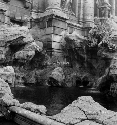 LAA-F-000253-0000 - The large basin of the Trevi Fountain in Rome - Data dello scatto: 1941 - Archivi Alinari, Firenze