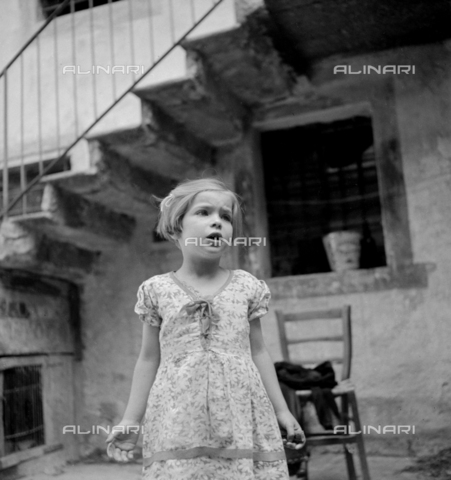 LAA-F-000259-0000 - Snapshot of a little girl singing in the courtyard of a house - Data dello scatto: 1940 - Archivi Alinari, Firenze