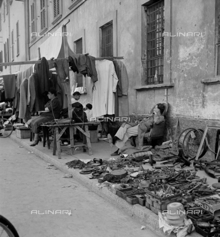 LAA-F-000263-0000 - Stand with second-hand clothing and objects at the fair in Senigallia in Milan - Data dello scatto: 1935 -1941 ca. - Archivi Alinari, Firenze
