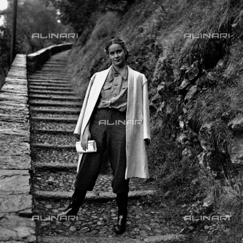 LAA-F-000271-0000 - Full-length portrait of the Italian film actress Alida Valli - Data dello scatto: 1940 ca. - Archivi Alinari, Firenze