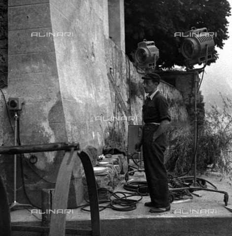 LAA-F-000273-0000 - Chief electrician at work on the set of the film 'Piccolo Mondo Antico' - Data dello scatto: 1940 ca. - Archivi Alinari, Firenze