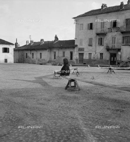 LAA-F-000278-0000 - A small square in a popular quarter in the environs of Milan - Data dello scatto: 1935 -1940 ca. - Archivi Alinari, Firenze