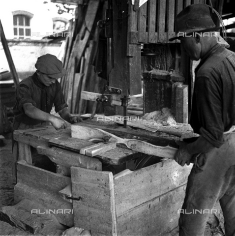 LAA-F-000279-0000 - Workers in a sawmill - Data dello scatto: 1942 -1950 ca. - Archivi Alinari, Firenze