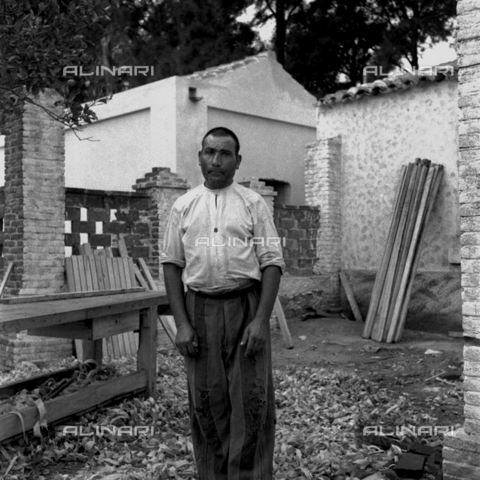 LAA-F-000285-0000 - Prisoner posing in an area used as sawmill in the penal colony of Castiadas, in Sardinia - Data dello scatto: 1949 -1950 ca. - Archivi Alinari, Firenze