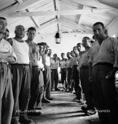 LAA-F-000286-0000 - Prisoners posing inside a structure of the penal colony of Castiadas, Sardinia - Data dello scatto: 1942 -1950 ca. - Archivi Alinari, Firenze