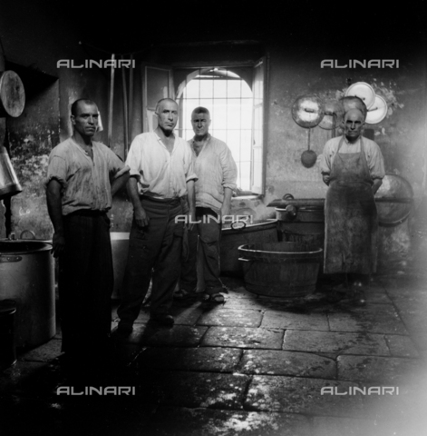 LAA-F-000287-0000 - Group of prisoners in the kitchen of the penal colony of Castiadas, in Sardinia - Data dello scatto: 1949 -1950 ca. - Archivi Alinari, Firenze