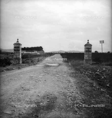 "LAA-F-000289-0000 - The entrance to the penal colony ""open"" Castiadas, Sardinia - Data dello scatto: 1942 -1950 ca. - Archivi Alinari, Firenze"