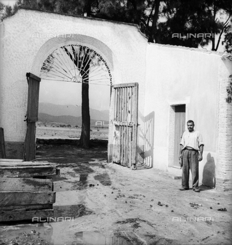 LAA-F-000290-0000 - Portrait of a prisoner of the penal colony of Castiadas, Cagliari - Data dello scatto: 1942-1950 - Archivi Alinari, Firenze