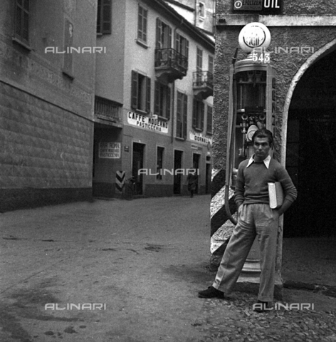 LAA-F-000295-0000 - Lucio De Caro posing for Alberto Lattuada's lens along a street in Milan - Data dello scatto: 1942 -1945 ca. - Archivi Alinari, Firenze