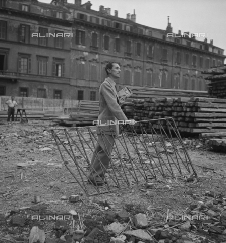 LAA-F-000366-0000 - A man with a grate and the newspaper in Time Square with a deposit of beams - Data dello scatto: 1940 ca. - Archivi Alinari, Firenze