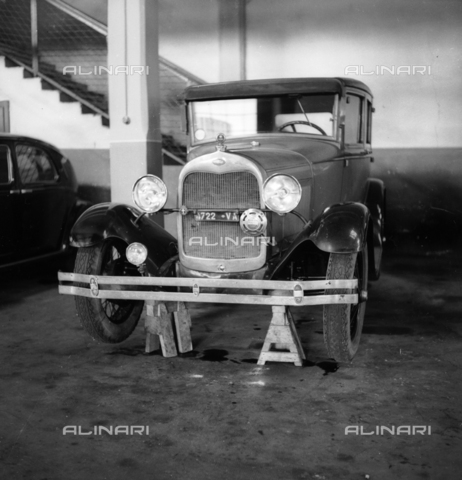 LAA-F-000377-0000 - Car parked in a garage - Data dello scatto: 1940 ca. - Archivi Alinari, Firenze