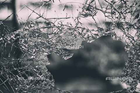 LCA-F-005043-0000 - Broken glass - Quint Lox / Liszt Collection/Alinari Archives