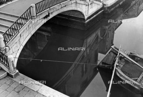 """LFA-F-000005-0000 - """"Composizione"""" riflessi in un canale di Venezia - Data dello scatto: 1950 ca. - Archivi Alinari, Firenze"""