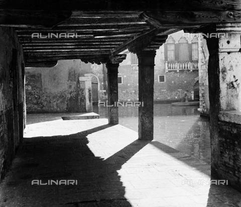 LFA-F-000014-0000 - Portico e rio di Venezia - Data dello scatto: 1950 ca. - Archivi Alinari, Firenze