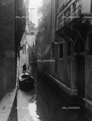 LFA-F-000024-0000 - Veduta animata di un canale di Venezia - Data dello scatto: 1950 ca. - Archivi Alinari, Firenze