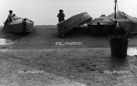 LFA-F-000038-0000 - Gruppo di bambini che giocano davanti ai barchini dei pescatori, Venezia - Data dello scatto: 1950 ca. - Archivi Alinari, Firenze