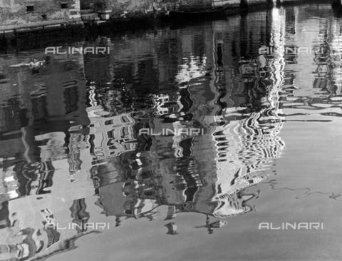 """LFA-F-000148-0000 - """"Riflessi di case"""" Profili di case riflessi in un canale di Venezia - Data dello scatto: 1950 ca. - Archivi Alinari, Firenze"""