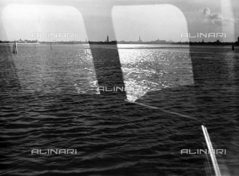"LFA-F-000152-0000 - ""Riflessi in laguna"" La laguna di Venezia vista da un vaporetto - Data dello scatto: 1950 ca. - Raccolte Museali Fratelli Alinari (RMFA)-archivio Leiss, Firenze"