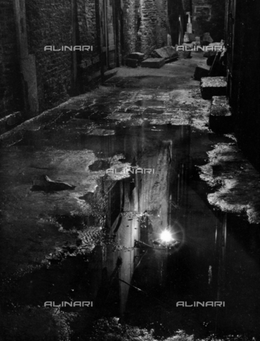 """LFA-F-000154-0000 - """"Pozanghera di notte"""" Lampione riflesso ina pozza d'acqua, Venezia - Data dello scatto: 1950 ca. - Archivi Alinari, Firenze"""