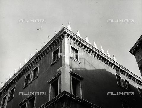 """LFA-F-000185-0000 - """"Gabbiani"""" Particolare di edificio, Venezia - Data dello scatto: 1950 ca. - Archivi Alinari, Firenze"""