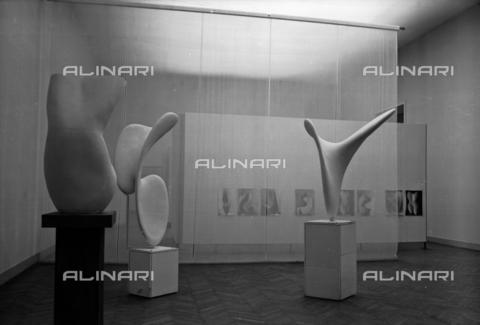 LFA-S-00000D-0414 - Allestimento delle sculture di Alberto Viani alla Biennale di Venezia, curato dall'architetto Carlo Scarpa - Data dello scatto: 1958 ca. - Archivi Alinari, Firenze