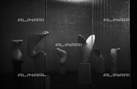 LFA-S-00000D-0416 - Allestimento delle sculture di Alberto Viani alla Biennale di Venezia, curato dall'architetto Carlo Scarpa - Data dello scatto: 1958 ca. - Archivi Alinari, Firenze