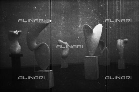 LFA-S-00000D-0417 - Allestimento delle sculture di Alberto Viani alla Biennale di Venezia, curato dall'architetto Carlo Scarpa - Data dello scatto: 1958 ca. - Archivi Alinari, Firenze